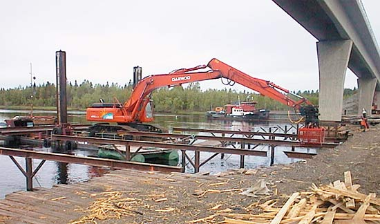 Work at the construction site of the Mönni bridge